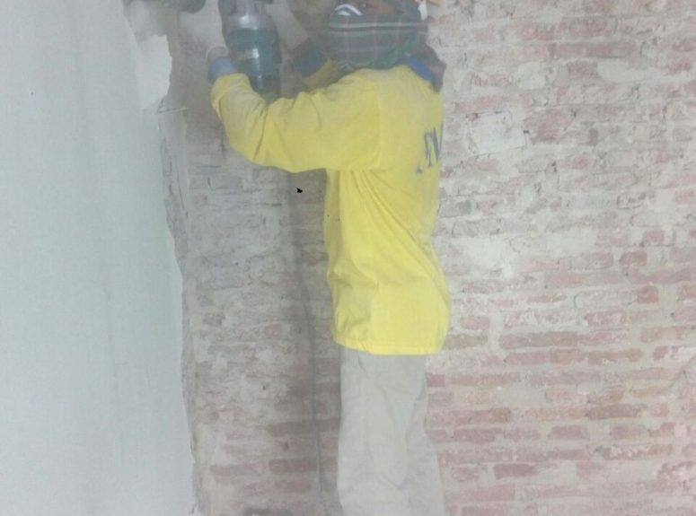 270916 Remove the door old paint, Apply rising damp treatment, Removing render, Changing damaged roof wood (10)